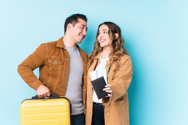 Jovem casal latino pronto para viajar