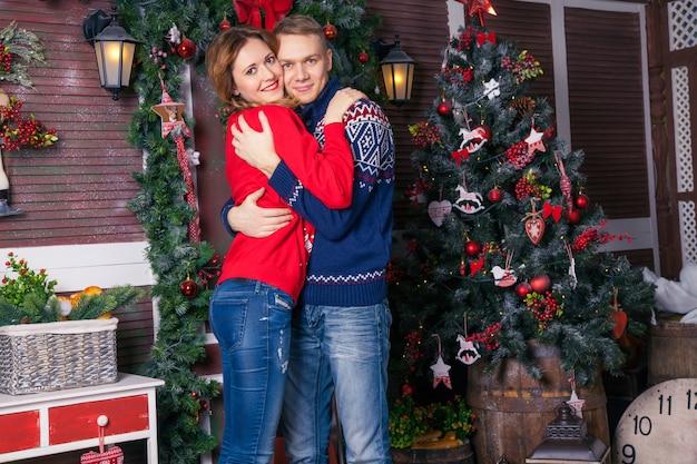 Jovem casal lindo amor comemorando o ano novo. mulher e homem celebrando o natal
