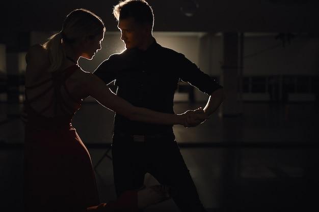 Jovem casal lindo dançando com paixão