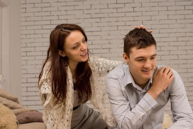 Jovem casal lindo e carinhoso