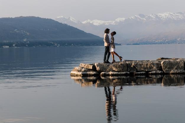 Jovem casal lindo e romântico curtindo o tempo juntos