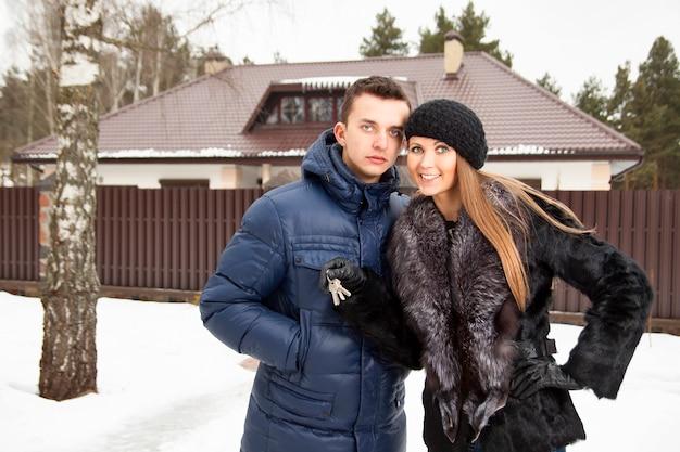 Jovem casal lindo em pé abraçando