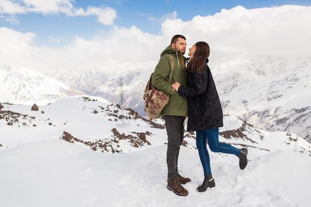 Jovem casal lindo hippie caminhando nas montanhas, viagem de férias de inverno, homem, mulher