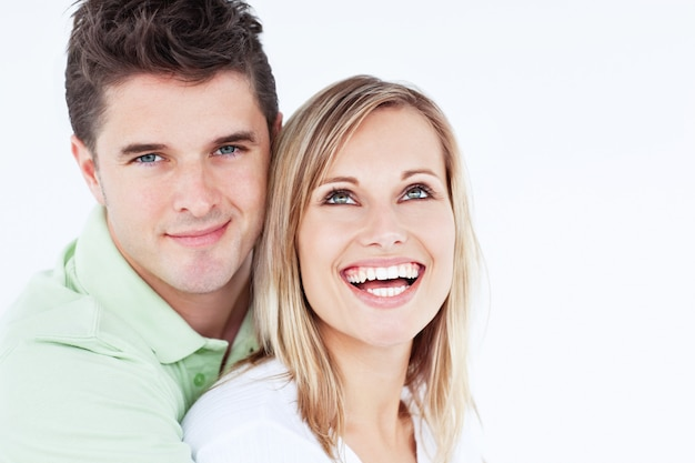 Jovem casal lindo homem olhando para a câmera