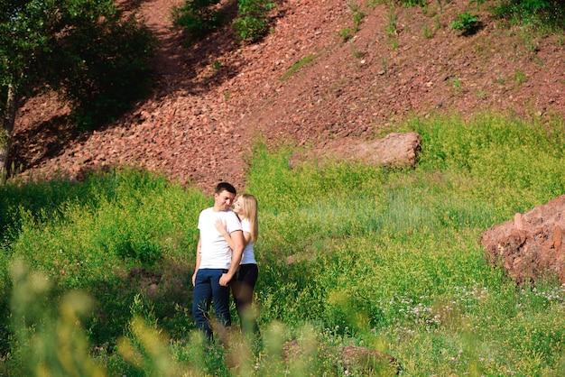 Jovem casal lindo lado a lado em fundo natural.