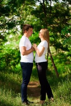 Jovem casal lindo lado a lado na paisagem natural.