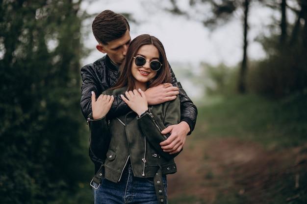 Jovem casal lindo na floresta juntos
