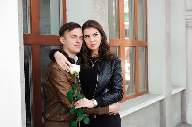 Jovem casal lindo no amor posando ao ar livre na cidade,