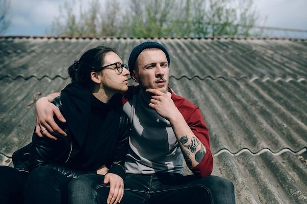 Jovem casal lindo no telhado da casa
