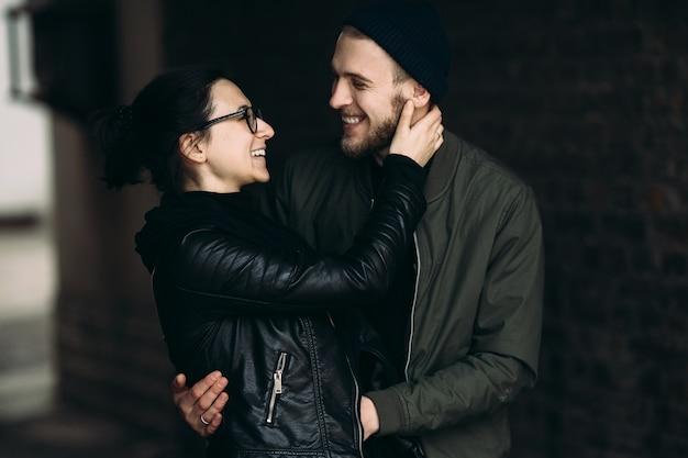 Jovem casal lindo posando na rua