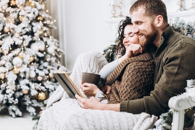 Jovem casal lindo romântico que fica em casa e desfruta de tempo juntos