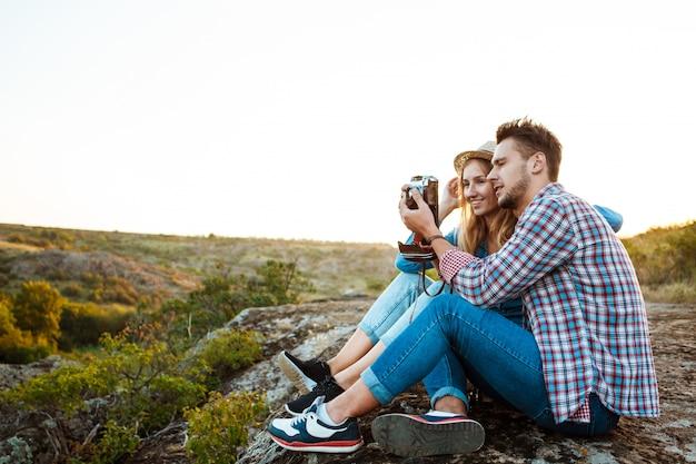 Jovem casal lindo sorrindo, tirando foto da paisagem do canyon