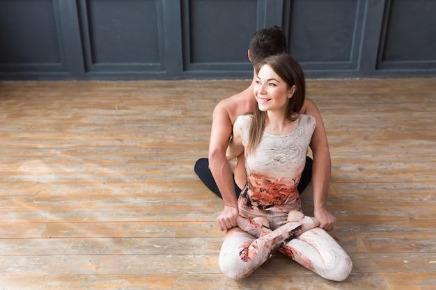 Jovem casal meditando juntos