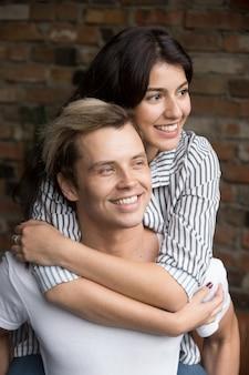 Jovem casal milenar no amor abraçando ansioso para o futuro
