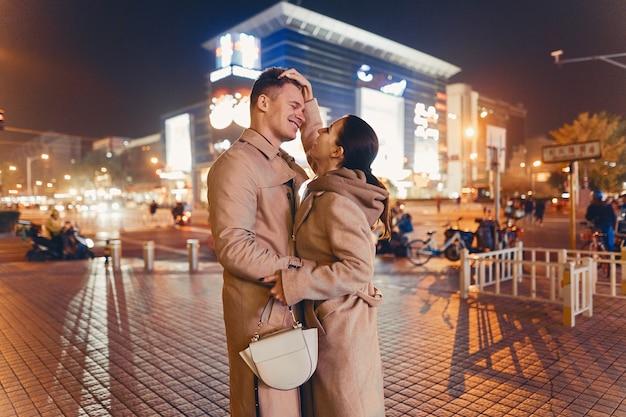 Jovem casal mostrando carinho no meio de pequim na china