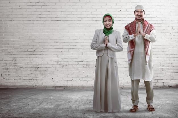 Jovem casal muçulmano sorrindo