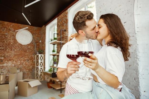 Jovem casal mudou-se para uma nova casa ou apartamento.