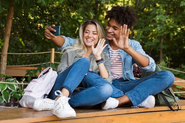 Jovem casal multiétnico animado conversando
