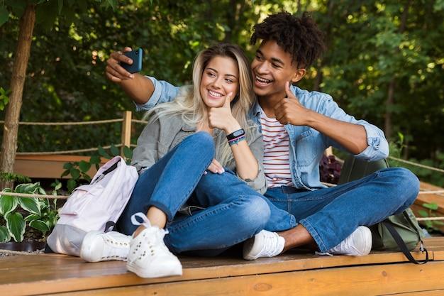 Jovem casal multiétnico animado