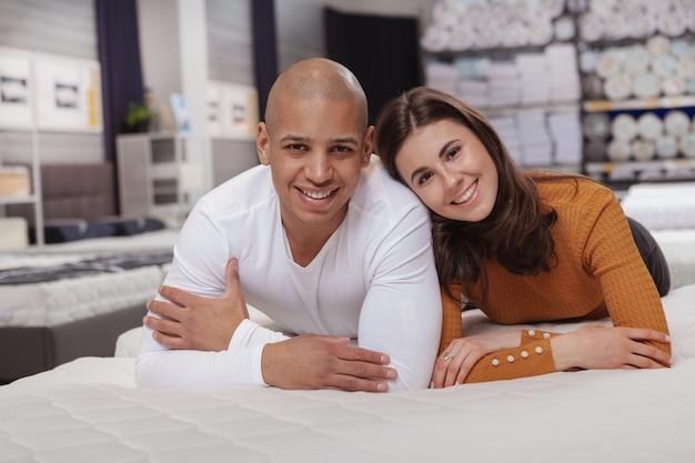 Jovem casal multiétnico de compras na loja de móveis