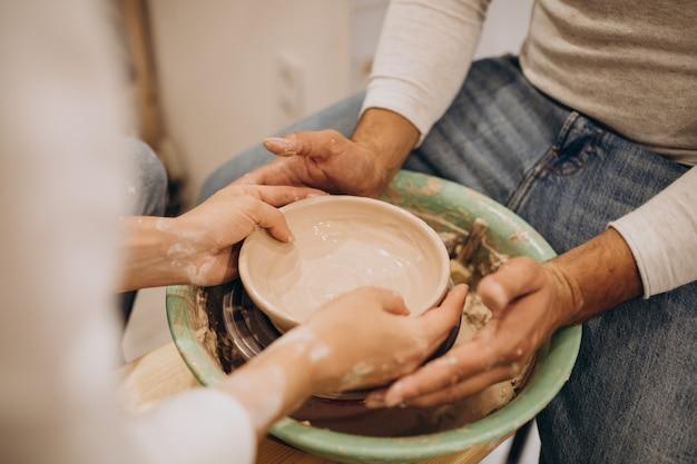 Jovem casal na aula de cerâmica