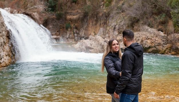 Jovem casal na cachoeira