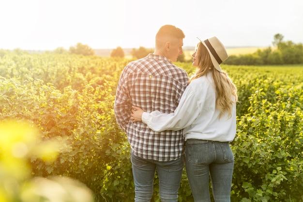 Jovem casal na fazenda andando