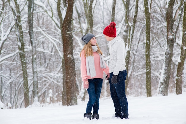 Jovem casal na floresta de inverno