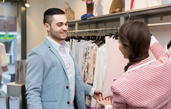 Jovem casal na loja de roupas