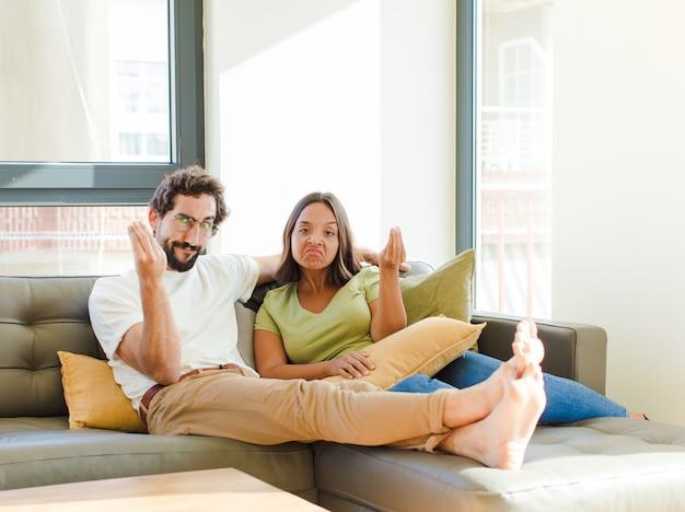 Jovem casal na nova casa