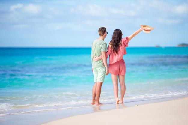 Jovem casal na praia branca durante as férias de verão. família feliz aproveite sua lua de mel