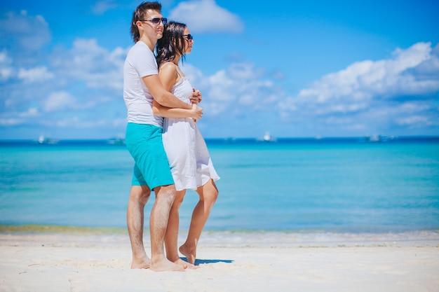 Jovem casal na praia branca durante as férias de verão.