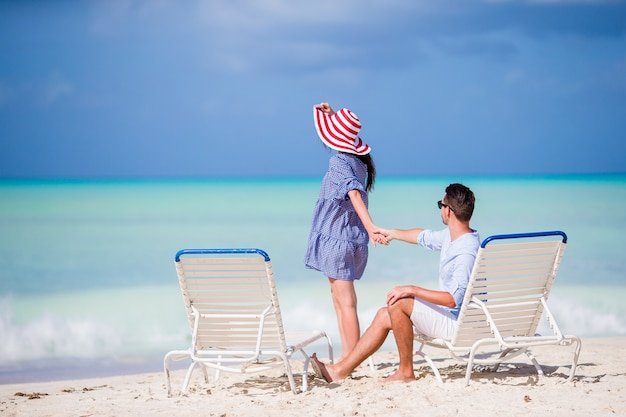 Jovem casal na praia branca durante as férias de verão