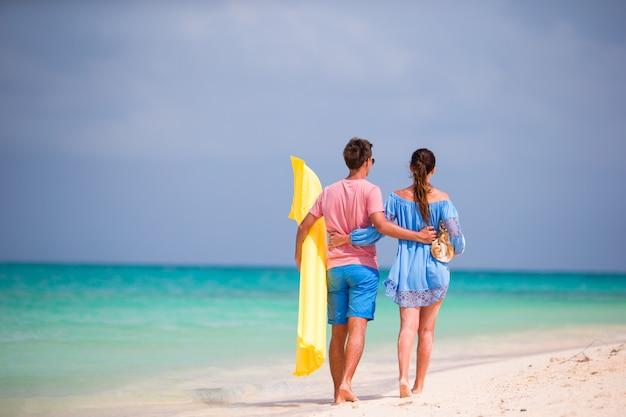 Jovem casal na praia branca nas férias de verão