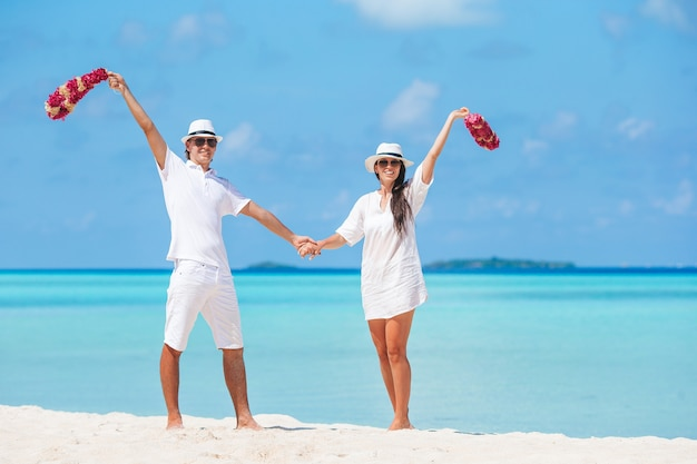 Jovem casal na praia de areia branca durante as férias de verão