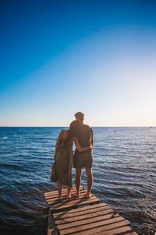 Jovem casal na praia de areia branca nas férias de verão