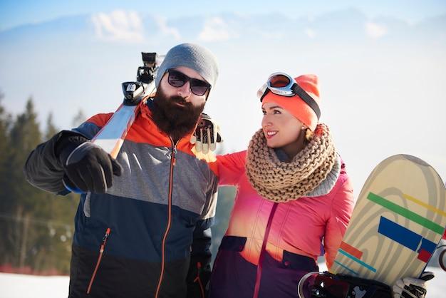 Jovem casal na viagem de esqui