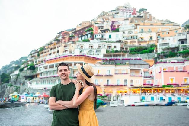 Jovem casal na vila de positano em segundo plano,