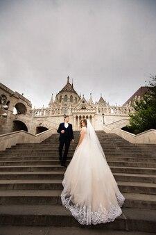Jovem casal nas escadas da arquitetura do pescador da bastilha