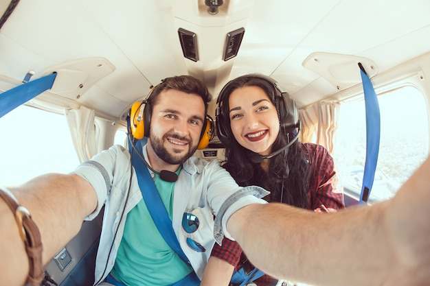 Jovem casal no avião