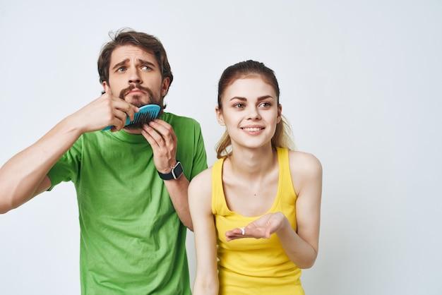 Jovem casal no banheiro, higiene facial matinal