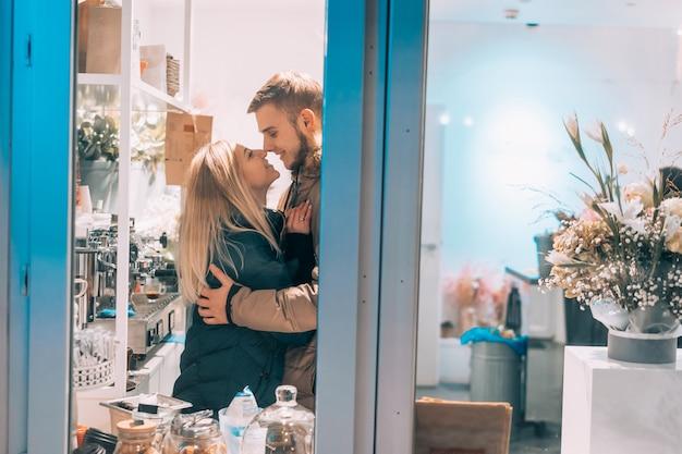Jovem casal no café com interior elegante