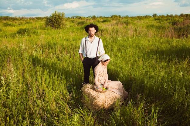 Jovem casal no campo