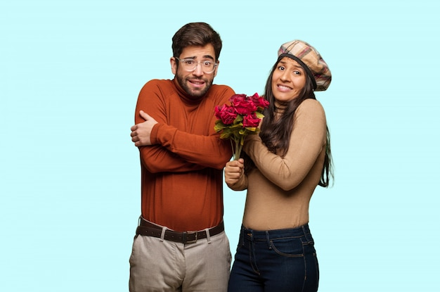 Jovem casal no dia dos namorados vai frio devido a baixa temperatura