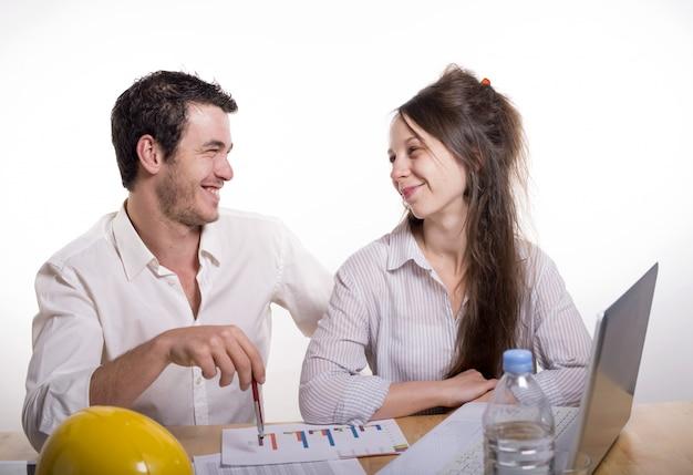 Jovem casal no escritório