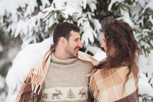 Jovem casal no inverno
