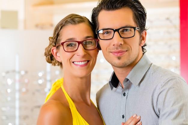 Jovem casal no oculista com óculos