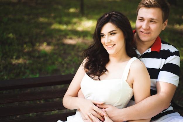 Jovem casal no parque de verão. ao ar livre.