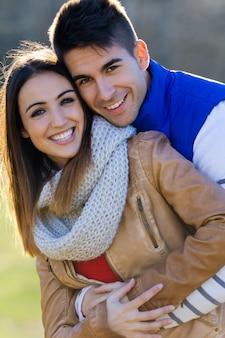 Jovem casal no parque