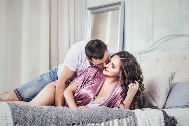 Jovem casal no quarto em um encontro romântico, apaixonado e feliz